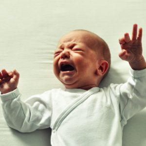 bébé pleure